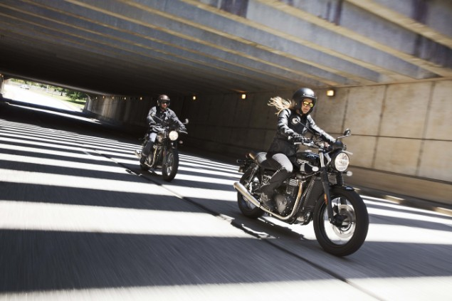 Two-morotrcyclists-riding-the-Triumph-Street-Twin-in-city
