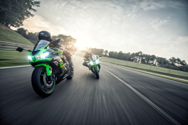 Two-Kawasaki-ninja-zx67-motorbikes-racing-together