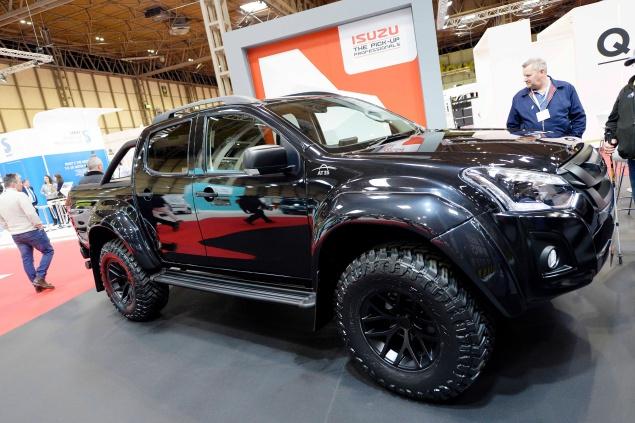 Isuzu D-Max 6 black exterior