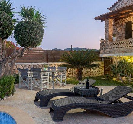 Deluxe Villa Sunbeds & Dinign Room
