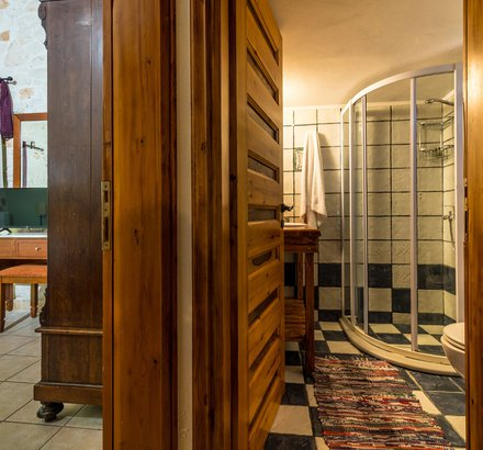 Tierra's Olivo bathroom