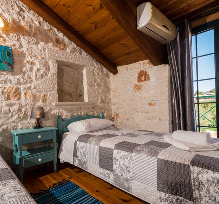 A bedroom with two single beds in Tierra Olivo