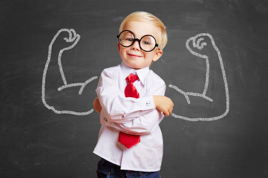 Litt gutt med påtegnede muskler