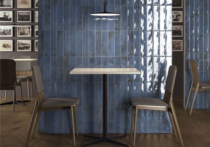 אריח בריק לחיפוי קירות גוף לבן גוון כחול גימור מבריק 7.5x30 תוצרת ספרד