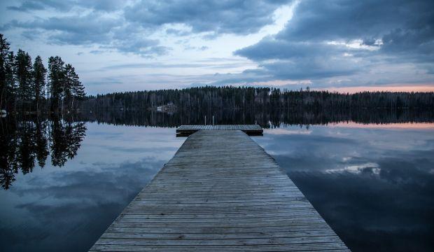 Kuvassa suomalainen järvimaisema ja laituri.