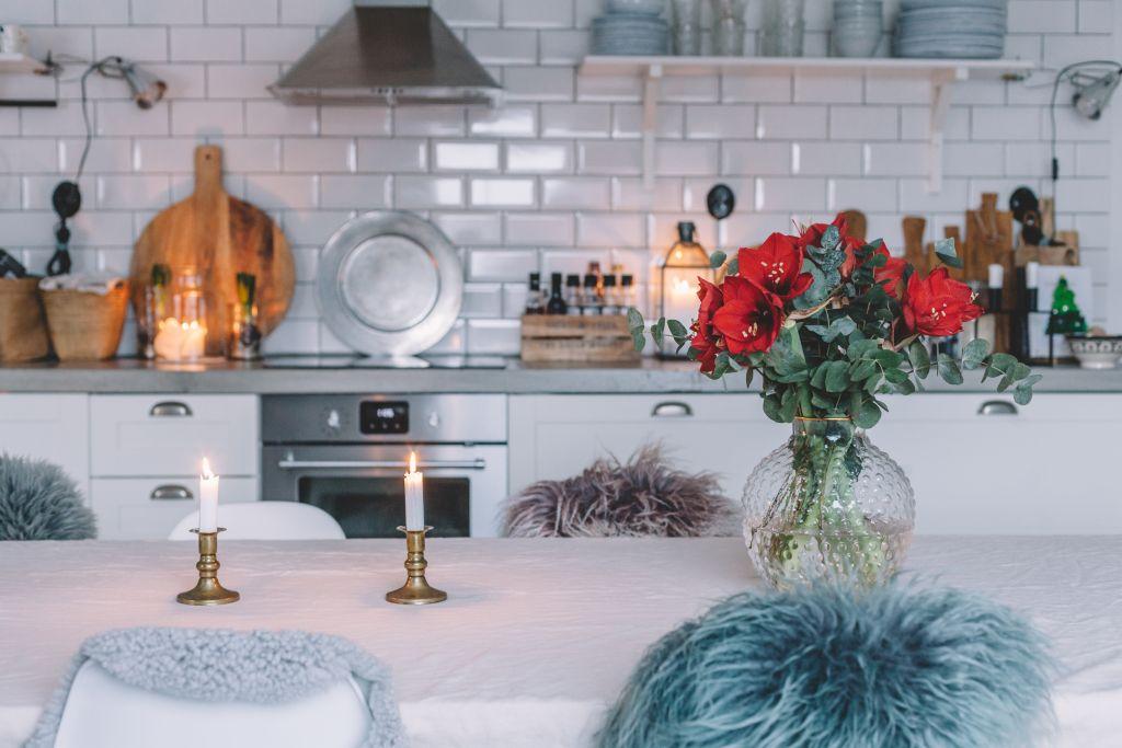 Kuvassa Emilia Ruuskasen kaunis koti, jossa pöydällä on kynttilöitä ja kukkia.