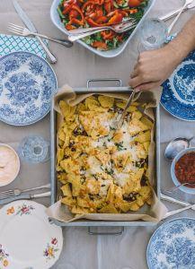 Kuvassa tarjolla ruokaa ja kauniita astioita.