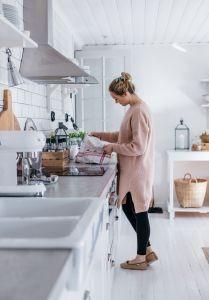 Kuvassa Emilia Ruuskanen perheen keittiössä.