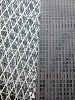 新宿センタービルと対照的なガーキンの正面。