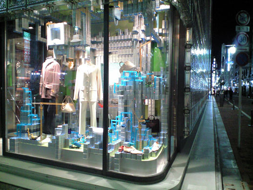 On the way out, do not miss the Paramodel installation in Maison Hermès' windows.