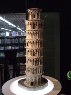 ピサの斜塔。本物と同じ角度で傾いている。
