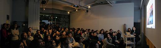 満員御礼。鈴木氏のトークに聞き入る観客
