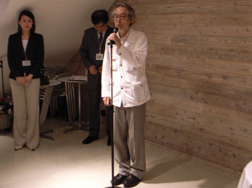 Tsunehiro Nishimatsu, who chose the two artists, gives a speech.