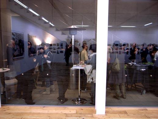 ギャラリーの外側のスペースでレセプションを楽しむ皆さん。