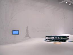 space B《多摩美術大学新図書館》模型と「エマージング・グリッド」、壁面の実寸大
