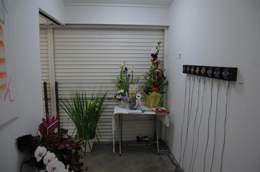 入り口にはショウのタイトル「青い庭」を意識した作品が お花もたくさん届いています