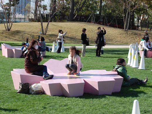 使い方は人それぞれ 座っても、もたれても、テーブル代わりにしても様になります