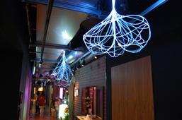 岡安泉による照明の作品が輝く裏通路
