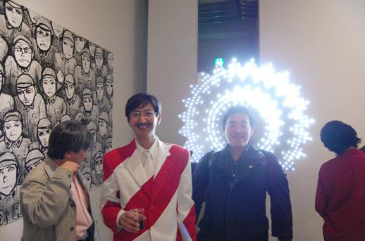 作品を身に纏まとってオープニングに現れた日下さん(左)と寺江圭一朗(右)さん
