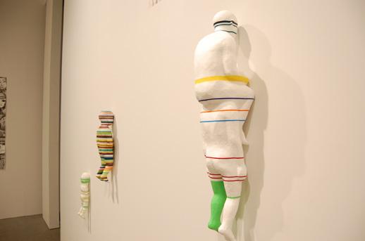 壁に向かって並ぶ袴田京太朗さんの立体作品