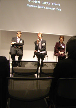 右からリジー・ケアリー・トーマス、ニコラス・セロータ、南條史生