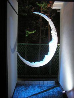 地面に敷き詰められた青い石の上に三日月の影がシャープに幻想的に映える