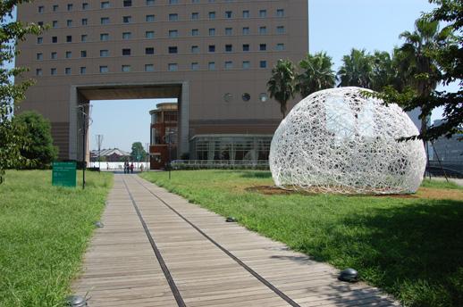 桜木町駅からメイン会場「新港ピア」へと向かう汽車道に登場したリングドーム