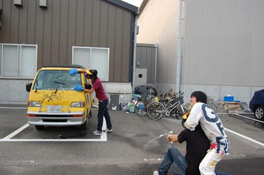 遠藤一郎の「未来へ号」を洗車するアートユニット「みがきッコ」