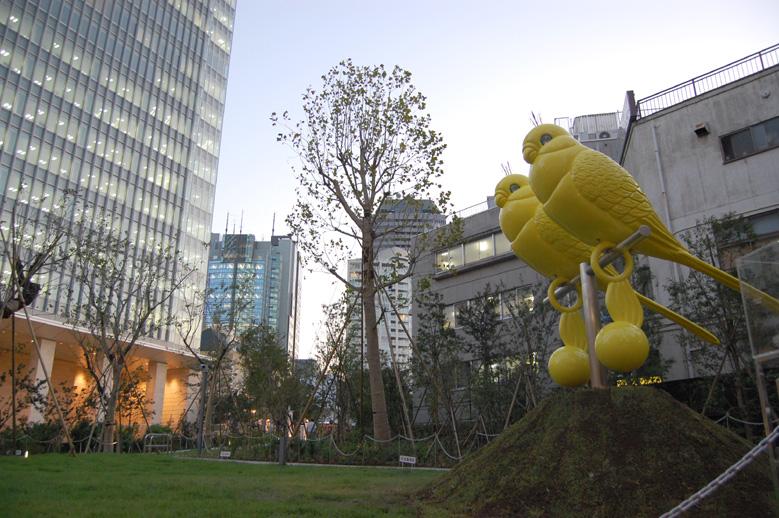 インフォメーションのある赤坂サカス付近に設置された椿昇の作品
