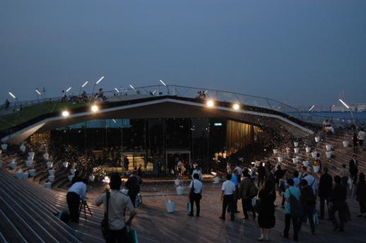 横浜港大さん橋国際客船ターミナルで連日公開されている大巻伸嗣による作品 写真は12日に行われたレプション時のもの 以後、市内各所に移動しながらの公開となる