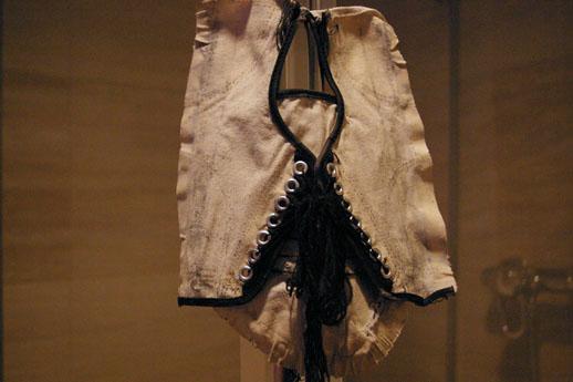 前回お伝えした作品の他にバスルームでは平野薫がインスタレーション作品を展示。靴底の裁縫をほどかれたスニーカーはかろうじて原型を少し残すものの…