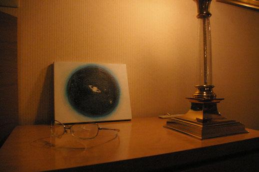 いつもくすりと笑わせてくれる田中。ベッド脇のテーブルにさりげなく置かれている眼鏡をよく見るとこれも作品。