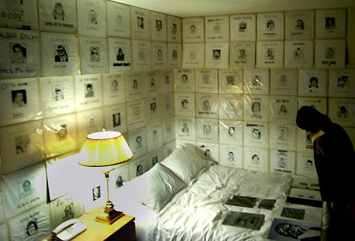 壁一面に人の顔・顔・顔!ボルタンスキーの死者の肖像画に触発されて…いるわけではなく、実は全部プロレスラーの顔。五木田智央の作品。