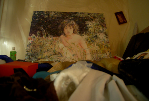 梅津庸一の絵画が、ちらかったベッドの上に。ホテルらしい演出です。