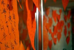 バスルームには無数の朱色の狐の顔。そこには筆で狐の昔話が描かれています。なんだかモノモノしい雰囲気です。