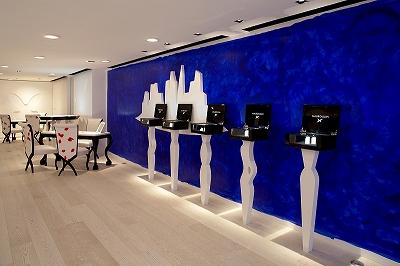2階の様子。一面を塗り込められたブルーの壁が印象的