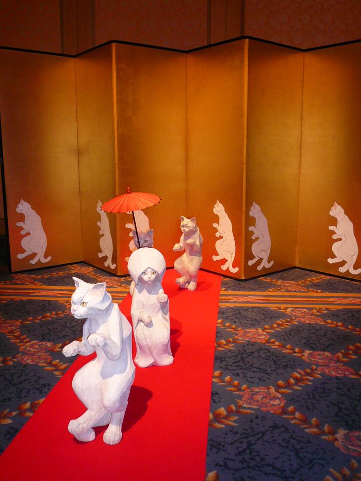 「ギャラクシー」に展示されている山本麻矢の作品は、椿山荘という場所柄に合った、猫による「狐の嫁入り」