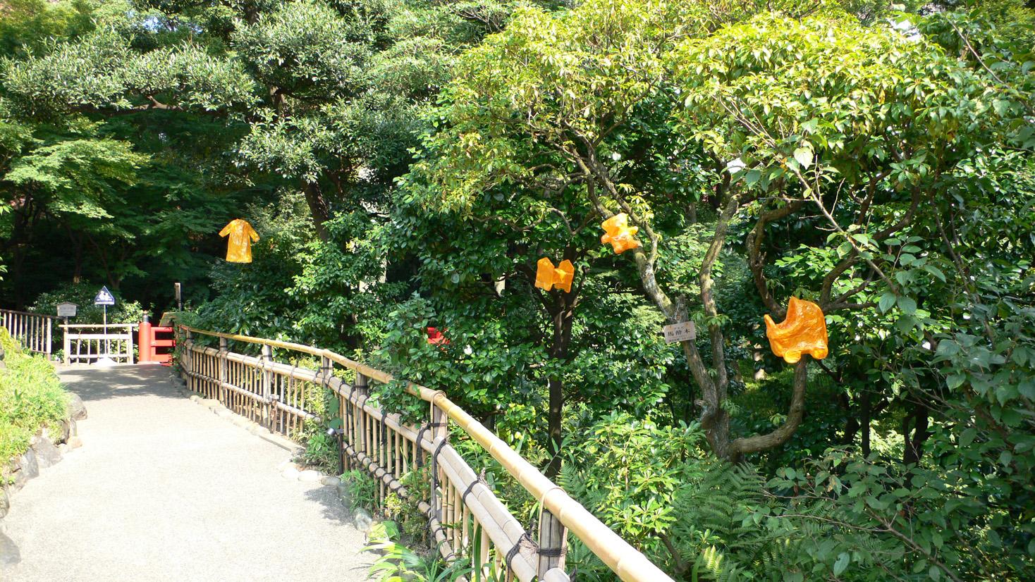 木の間を浮遊する小林雅子の作品「記憶の残光」