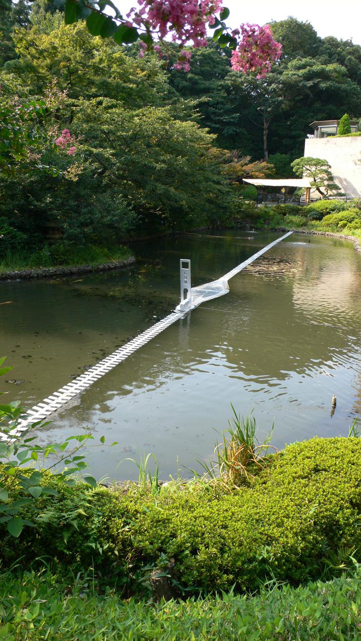 庭の池に浮かんだ北川純の作品「ジッパーⅢ」