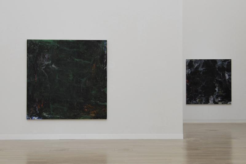 松本陽子 写真左 緑の絵画の連作より《陰鬱な荒野》2009、写真右 黒の絵画の連作より《生命体について》