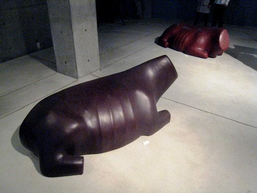 牛の姿をした革製のベンチ。素材の陰にある、生き物の存在を忘れないようにと私たちへ喚起している。
