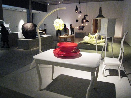 スロー・ホワイト・コレクションは、枝のもつ自然な形状を生かした家庭用の木製家具コレクション。