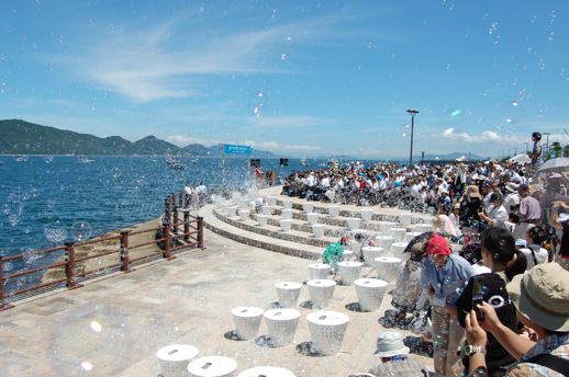 開会式は高松港にて。讃岐国分寺太鼓保存会による太鼓演奏や漁協の協力による漁船の一斉出航、大量のシャボン玉を空に放つ大巻氏のパフォーマンスにより幕を開けました。