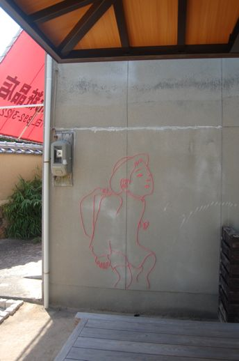 2005年頃より「カフェまるや」など直島・本村エリアで独自に活動をはじめ、まちなかに常設作品も展開しているいしかわさんの作品は芸術祭の期間に増殖中。