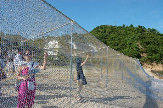 土渕海峡エリアの浜辺にたたずむ作品。漁で使われる大きな網のように見えますが...。このような屋外にある作品は、時間外でも見れるかも(?)しれません。