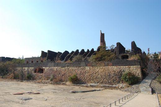 犬島の見どころは、なんといっても産業遺産である銅の精錬所を建築家とアーティストのコラボレーションにより再生した美術館。朽ちかけた建物に新たな生命が宿っています。