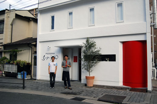 PIZZERIA Scugnizzo DA SHIGEOの前で。(右が角谷さん)iTohenは中崎町の色んな人が集う交流ポイント