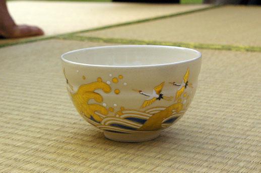 東京湾からの海水をひいた潮入りの池のある浜離宮庭園。正客のために、今日は晴海をイメージして、海の絵柄が入ったお茶碗を用意したそう。