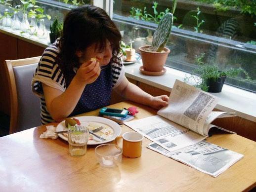 L PACKが発行する新聞を読みながらコーヒー