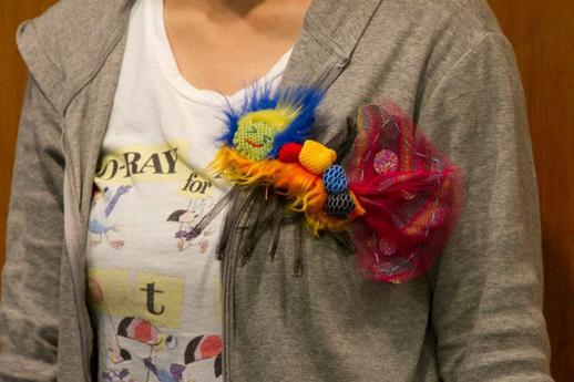 舞台衣装の制作で使われた布のはぎれなどがカラフルな虫のブローチに。ひびのこづえ「虫をつくる」ワークショップは次回9月8日に開催